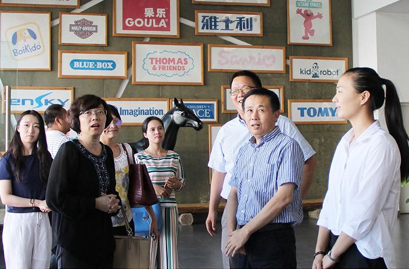 中国玩具和婴童用品协会会长梁梅参观和信公司