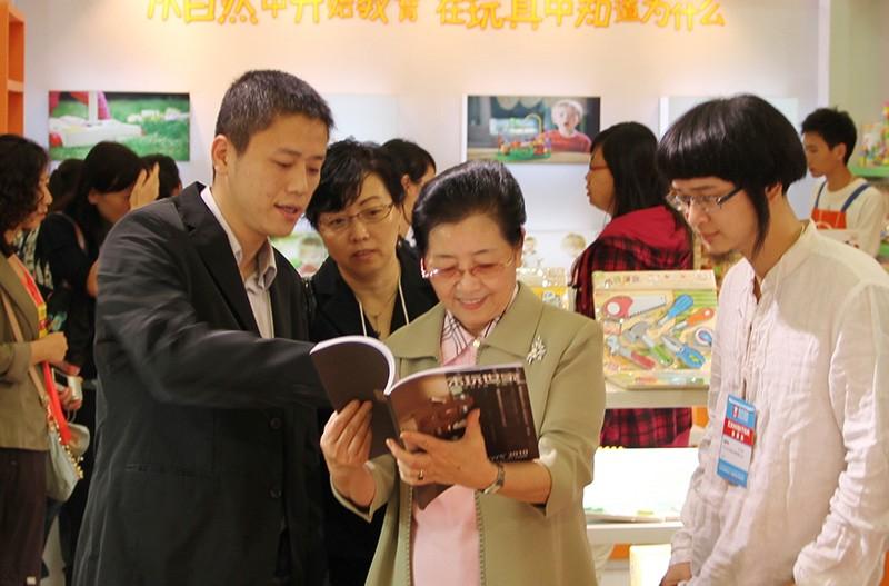 中国轻工业联合会副会长潘蓓蕾女士亲临中国玩具展木玩世家展位