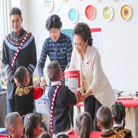 世界卫生组织结核病 艾滋病防治亲善大使彭丽媛来到地处四川西南部的凉山彝族自治区,了解艾滋病防治和关爱教育工作情况,并出席防艾宣传倡导活动,还亲自为大凉山的彝族孩子,送上了来自木玩世家的木制玩具